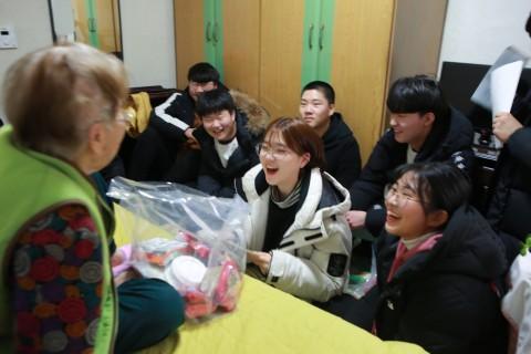 제41기 성민청소년복지학교 참가 학생들이 독거어르신 댁에 방문해 편지를 읽어드리고 있다