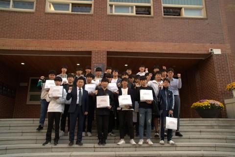 제1회 중학생 DK-SW 캠프를 수료한 학생들과 교감선생님, SW교육강사진