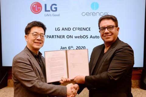 왼쪽부터 LG전자 CTO 박일평 사장과 쎄렌스 CEO 산자이 다완이 라스베이거스에서 차량용 솔루션을 공동으로 개발하기 위한 양해각서를 체결하고 기념촬영을 하고 있다