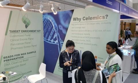 두바이에서 개최된 MEDLAB Middle East 2020에서 셀레믹스 전시장을 방문한 진단 관련 업계 전문가들이 셀레믹스 제품과 서비스에 대한 설명을 듣고 있다