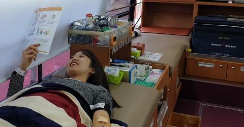 한국보건복지인력개발원 직원이 헌혈행사에 참여하고 있다