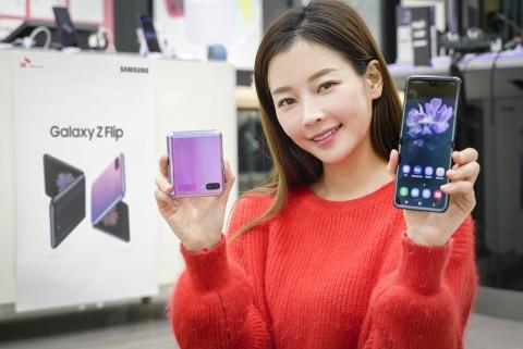 SK텔레콤 홍보모델이 SK텔레콤 공식 인증 대리점에서 갤럭시 Z 플립 출시를 알리고 있다