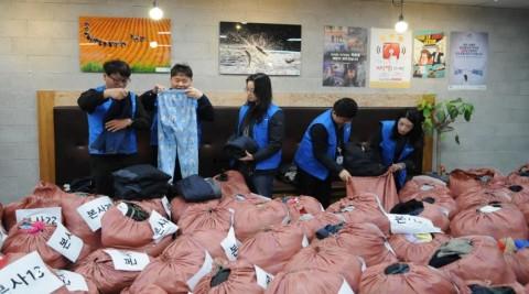 한국환경공단 임직원들이 개발도상국 등에 전달하기 위해 기부받은 의류, 모자, 신발, 가방 등 잡화 및 옛 근무복을 선별·분류하고 있다