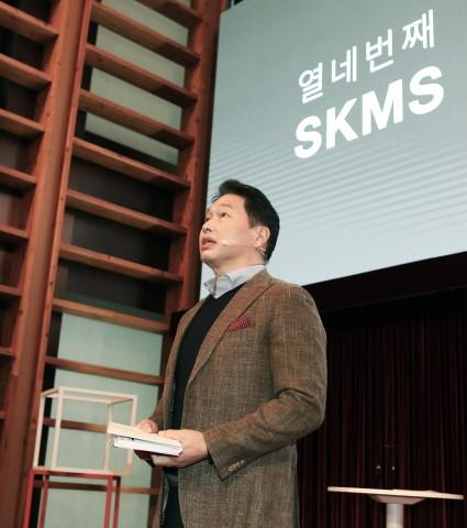 최태원 SK 회장이 SK서린빌딩에서 열린 SKMS 개정선포식에 참석해 TED방식으로 SKMS 14차 개정 취지와 핵심 내용을 발표하고 있다