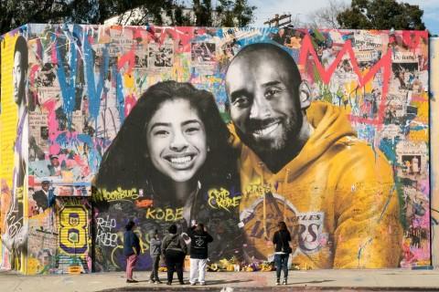 미스터 브레인워시 작가가 그의 스튜디오 외벽에 그린 그라피티 초상화