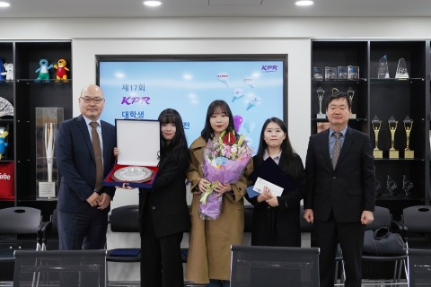 왼쪽부터 심사위원장 박종민 경희대 교수, 공모전 대상 수상팀, KPR 김주호 사장이 기념 촬영을 하고 있다