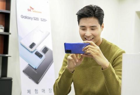 SK텔레콤 홍보모델이 T월드 매장에서 갤럭시S20 플러스 아우라 블루 모델을 사용하고 있다
