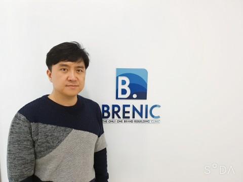 브래닉 현판 앞에 서있는 송석민 대표
