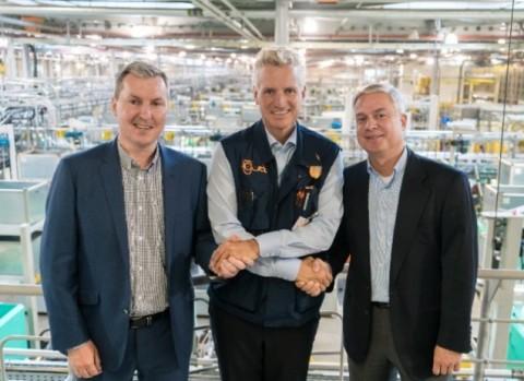 폐플라스틱 재활용에 기술적 대안을 제시하는 Mura Technology에 투자를 결정한 igus GmbH CEO 프랑크 블라제(가운데)가 사진 왼쪽 Mura Technology CEO Steve Mahon, 사진 오른쪽 Mura Europa GmbH CEO Oliver Borek과 기념 촬영을 하고 있다