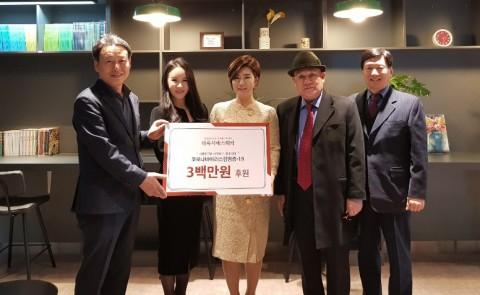 왼쪽에서 두 번째 강남 더록시에스테틱 박시연 대표원장이 코로나19 극복을 위해 강남구보건소에 300만원을 기부했다
