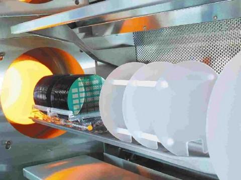 전문 CCD 팹 프로세스의 일부인 Teledyne e2v의 영국 공장 내 열처리 장비에 들어가는 CCD 웨이퍼