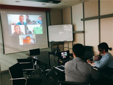 한국콤파스가 온라인 화상회의를 통한 해외 현지 마케팅을 진행하고 있다