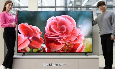 LG전자 모델들이 색 표현력을 높여주는 나노셀 기술이 적용된 2020년형 LG 나노셀 AI ThinQ 신제품을 소개하고 있다