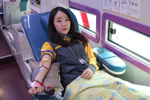 헌혈봉사에 참여 중인 이마트 직원