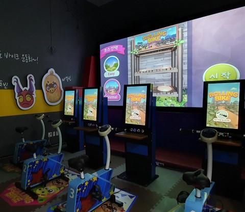 에이디엠아이의 대전 어린이회관 실내 가상현실 스포츠 롤링바이크 체험존