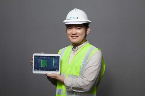 스마트 안전 플랫폼(웹/앱)을 통해 현장 내 작업 중인 근로자 정보를 확인하는 모습