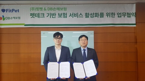 왼쪽부터 핏펫 고정욱 대표가 류석 법인마케팅 팀장과 MOU 체결 후 기념촬영을 하고 있다