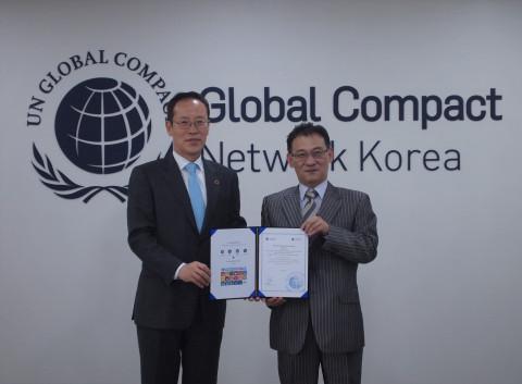 유엔글로벌콤팩트 가입 길바이오 전달식 - 왼쪽부터 박석범 유엔글로벌콤팩트 사무총장과 정재락 길바이오 대표