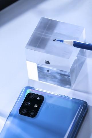 SK텔레콤 자회사 IDQ 연구진들이 갤럭시 A 퀀텀 스마트폰과 양자난수생성 칩셋을 테스트하고 있다