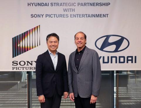 왼쪽부터 현대자동차 고객경험본부장 조원홍 부사장과 소니 픽처스 엔터테인먼트 글로벌 파트너십 담당 제프리 고드식 부사장이 전략적 파트너십을 체결하고 기념촬영을 하고 있다
