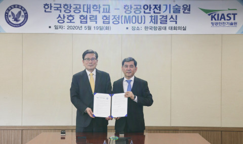 오른쪽부터 김연명 원장과 이강웅 총장이 기념 촬영을 하고 있다