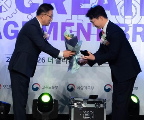 중앙일보 측으로부터 상장 받는 이상우 대표(오른쪽)