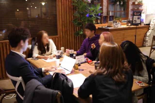 취준생들이 캐치 카페에서 현직자에게 직무 멘토링을 받고 있다