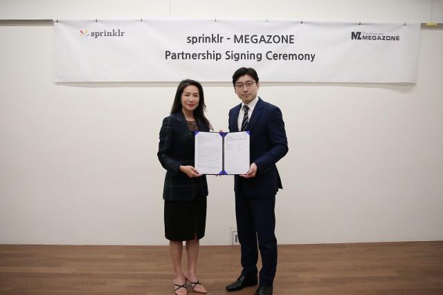왼쪽부터 스프링클러 고주연 한국 지사장과 메가존 이주완 대표가 서울 강남구 메가존 본사에서 파트너십 체결 후 기념 촬영을 하고 있다