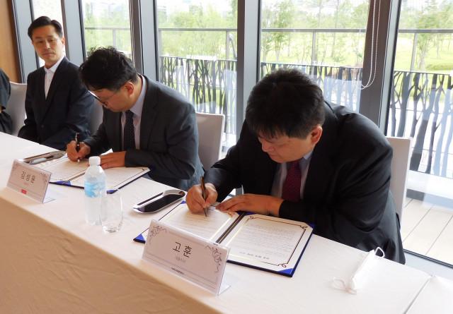 상호 협력 양해 각서에 서명 중인 왼쪽부터 아이포트폴리오 김성윤 대표와 미디어젠 고훈 대표