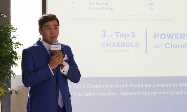 '코리아 론칭데이'에서 서피터 클라우드포씨 한국 지사장 겸 글로벌 부사장이 한국 시장 전략을 발표하고 있다