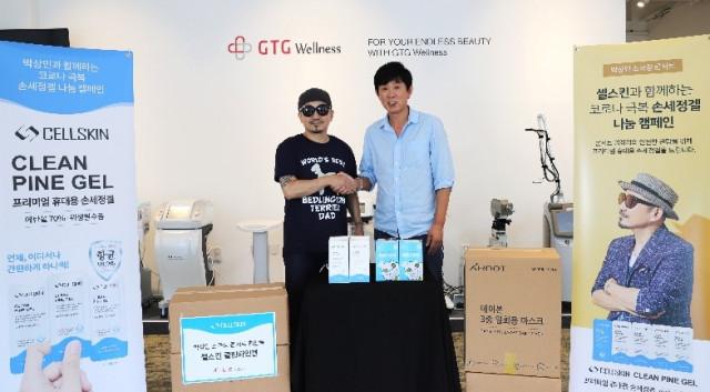 왼쪽부터 가수 이상민과 지티지웰니스 김태현 대표가 콘서트 협찬 협약식에서 기념사진을 찍고 있다