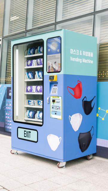 위생용품 전용 무인 자판기 우측 모습
