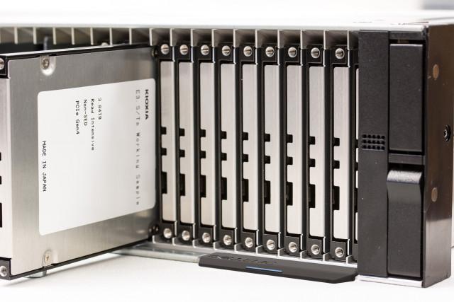 키옥시아의 E3.S SSD 평가 샘플은 48개 유닛 E3.S SSD를 설치할 수있는 2U 크기 랙 마운트 서버 프로토 타입에 장치된다