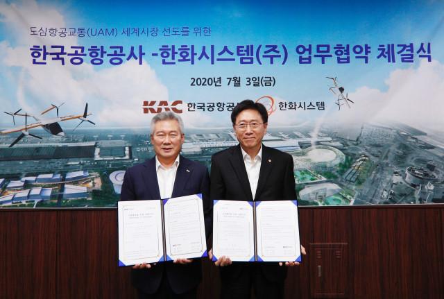 왼쪽부터 손창완 한국공항공사 사장과 김연철 한화시스템 대표이사가 UAM 세계시장 선도를 위한 업무협약을 체결하고 기념촬영을 하고 있다