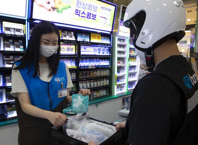 GS25가 자체 개발한 보냉백과 친환경 아이스팩을 활용해 아이스크림 배달 서비스를 선보였다