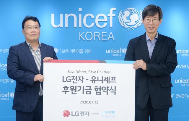 왼쪽부터 LG전자 정수기사업담당 정순기 담당과 유니세프한국위원회 이기철 사무총장이 개발도상국 어린이를 돕기 위한 협약 체결 후 기념 촬영을 하고 있다