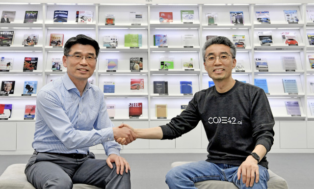 완쪽부터 기아차 송호성 사장과 코드42 송창현 대표가 모빌리티 시장 주도권을 확보하기 위한 협력을 맺고 기념촬영을 하고 있다