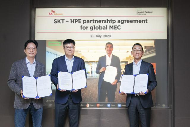 왼쪽부터 김윤 CTO, 하형일 SK텔레콤 코퍼레이트2센터장, 함기호 한국HPE 대표가 영상회의를 통해 싱가포르의 나린다 카푸어 HPE APAC대표와 컨소시엄 계약을 체결하고 있다