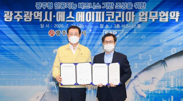왼쪽부터 이용섭 광주광역시 시장과 이성열 SAP 코리아 대표이사가 MOU 체결 후 기념촬영을 하고 있다