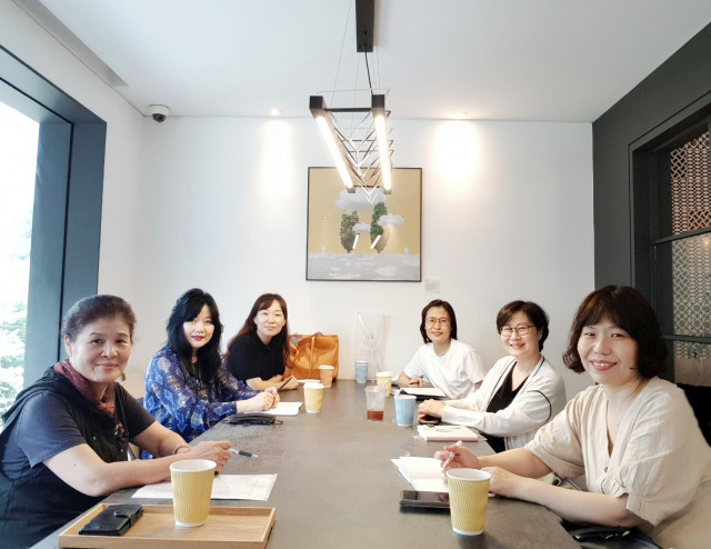 왼쪽에서 두 번째부터 IACC의 최승완, 엄성신, 박양숙, 김윤경, 이선민, 김진영 교강사가 뉴노멀 디지털 기반 아로마테라피 학습 환경에 대해 회의를 진행하고 있다