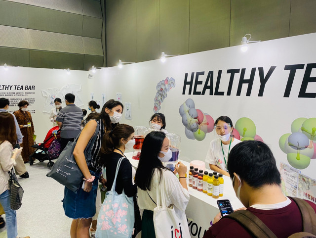 2020K-TEA FESTIVAL 명원세계차박람회 참가업체인 'HEALTHY TEA BAR' 부스에서 많은 관람객들이 마스크를 착용하고 체험 프로그램에 참여하고 있다