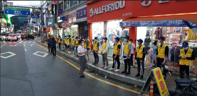 한국이주노동재단 외국인 방범대가 범죄예방 활동을 하고 있다
