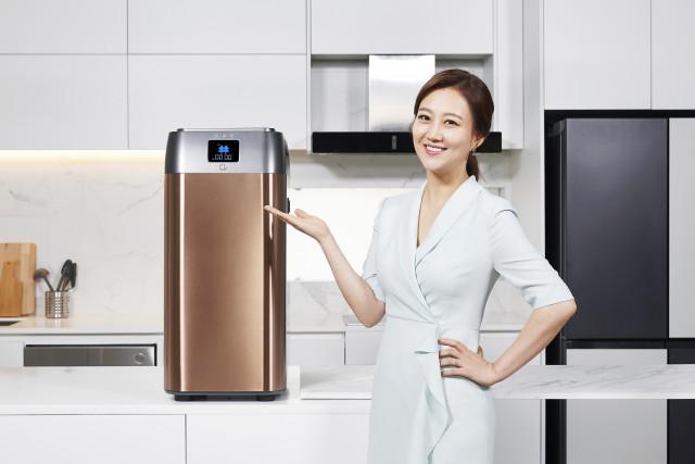 지엘플러스가 음식물 바이오처리기 지엘(GL)의 전속 모델로 가수 장윤정을 발탁했다