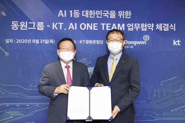 왼쪽부터 박인구 동원그룹 부회장과 구현모 KT 대표가 업무 협약을 체결하고 기념촬영을 하고 있다