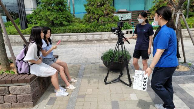 청소년들이 영화를 촬영하고 있다