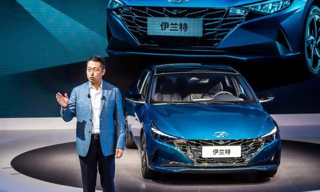 판징타오 베이징현대 판매부본부장이 중국에서 처음 공개된 중국형 아반떼와 함께 중국 전용 기술브랜드인 H SMART+의 전략을 발표하고 있다