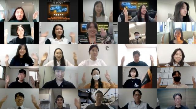 온라인 언택트 해커톤 이노캠프에서 도출된 솔루션을 토대로 6주간 현지 멘토와 함께 시장 검증 및 고도화를 추진하는 프로젝트 단체 기념 사진 촬영이 이뤄지고 있다
