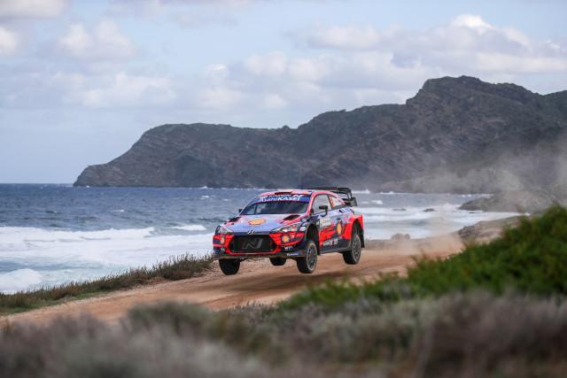 이탈리아에서 열린 2020 월드랠리챔피언십 6차 대회에서 현대자동차 'i20 Coupe WRC 랠리카가 달리고 있다