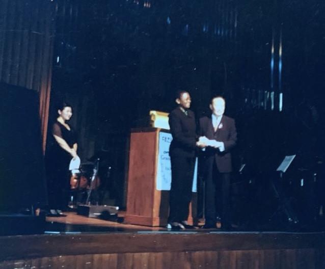 2001년 10월 16일 KARP대한은퇴자협회 주명룡 대표가 뉴욕 링컨센터 Alice Tully Hall 개최된 KARP Gala에서 UN FAO(UN식량농업기구)사무총장에게 성금을 전달하고 있다