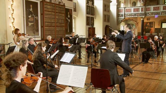 제31회 이건음악회 1부에서 모차르트 바이올린 협주곡 5번이 공연되고 있다